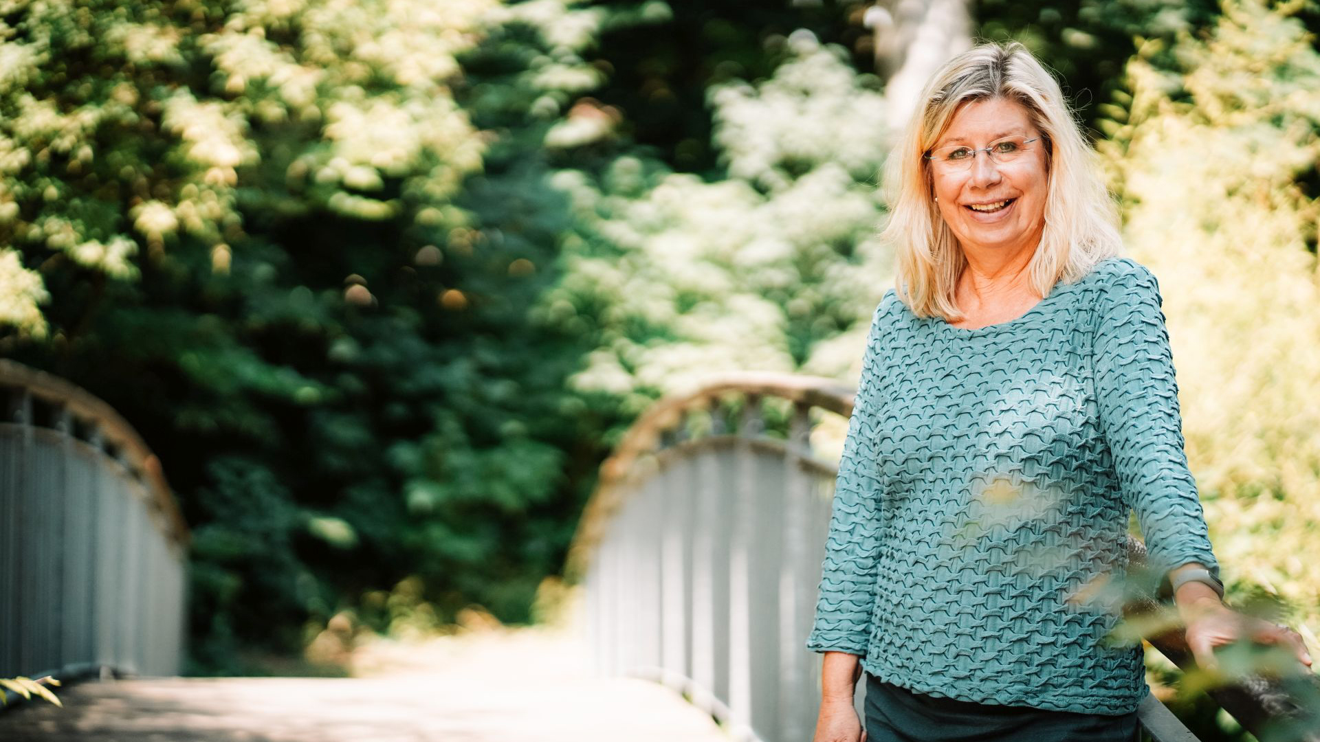 Gudrun Behm-Steidel auf der Brücke