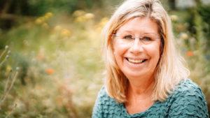 Gudrun Behm-Steidel Portrait mit Blumen